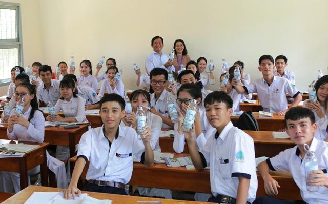 ĐH Kiên Giang tặng hơn 1.000 chai thủy tinh đựng nước cho học sinh Phú Quốc - 2