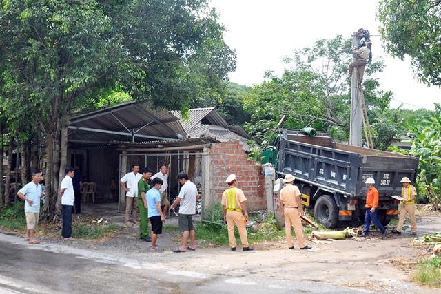 Xe tải lao vào nhà dân, 2 cháu nhỏ thoát chết trong gang tấc - 4