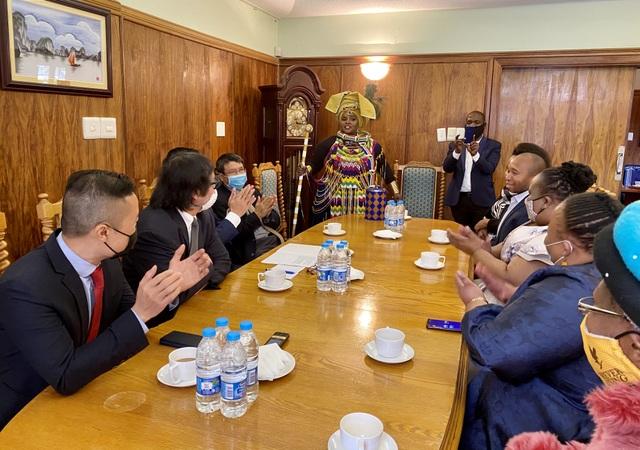 Đại sứ quán Việt Nam sẻ chia với người dân Nam Phi chống Covid-19 - 2
