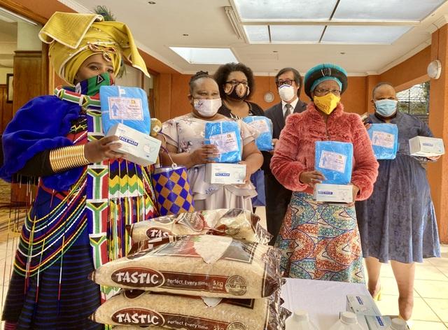 Đại sứ quán Việt Nam sẻ chia với người dân Nam Phi chống Covid-19 - 3