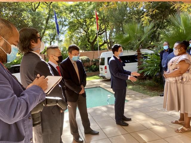 Đại sứ quán Việt Nam sẻ chia với người dân Nam Phi chống Covid-19 - 1
