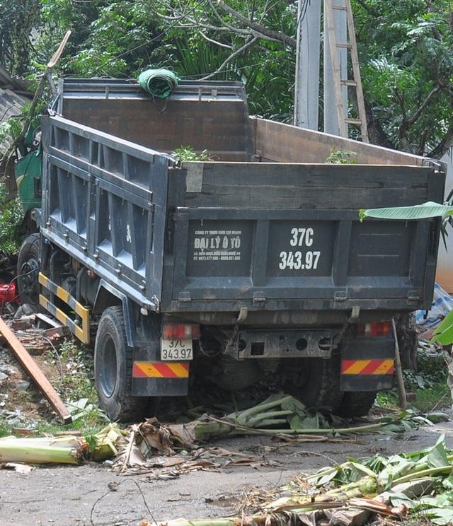 Xe tải lao vào nhà dân, 2 cháu nhỏ thoát chết trong gang tấc - 2