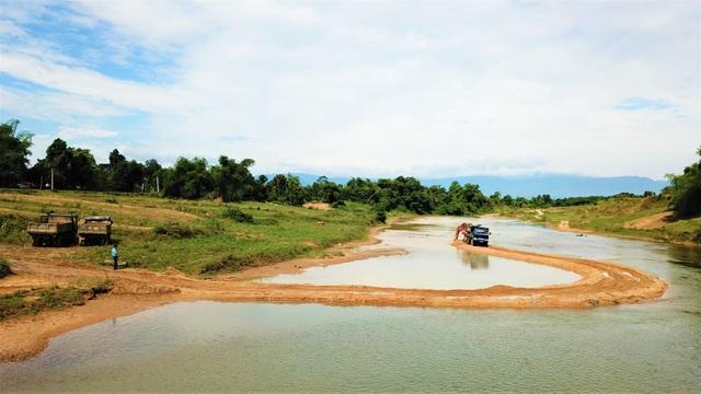 Ngang nhiên chặn sông Ngàn Sâu hút cát trái phép tại Hà Tĩnh - 1