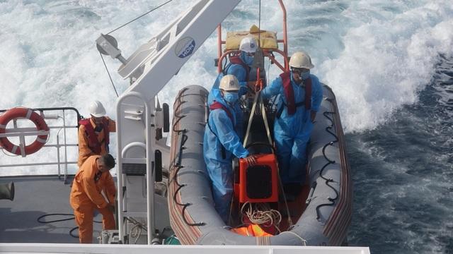 Tàu đâm vào đá chìm trên biển, 13 ngư dân may mắn được cứu sống - 2