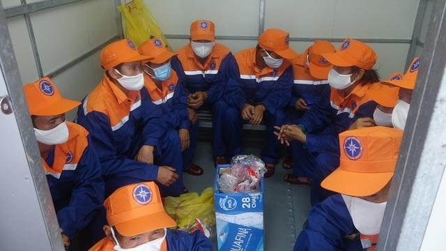 Tàu đâm vào đá chìm trên biển, 13 ngư dân may mắn được cứu sống - 1