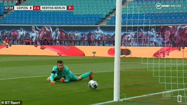 Bắt bóng thảm họa, thủ môn Hertha Berlin khiến đội nhà suýt thua - 2