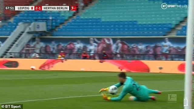 Bắt bóng thảm họa, thủ môn Hertha Berlin khiến đội nhà suýt thua - 1
