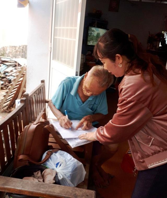 """Cán bộ huyện đảo Phú Quốc """"đi từng ngõ, gõ từng nhà"""" tìm lao động tự do - 2"""