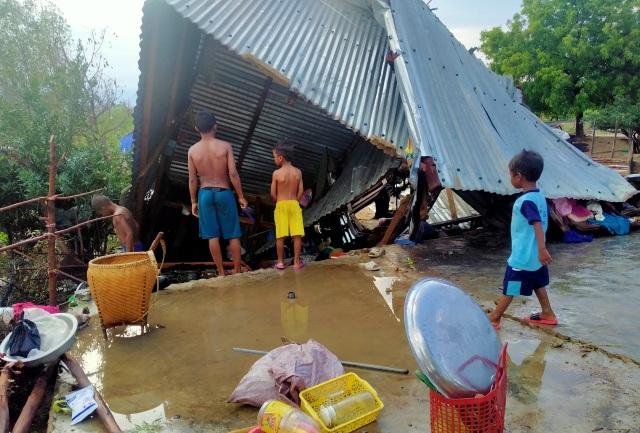 Trận mưa đầu mùa kèm lốc xoáy kéo sập cả trăm căn nhà - 7