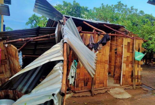 Trận mưa đầu mùa kèm lốc xoáy kéo sập cả trăm căn nhà - 6