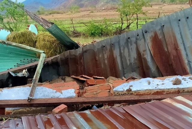 Trận mưa đầu mùa kèm lốc xoáy kéo sập cả trăm căn nhà - 1
