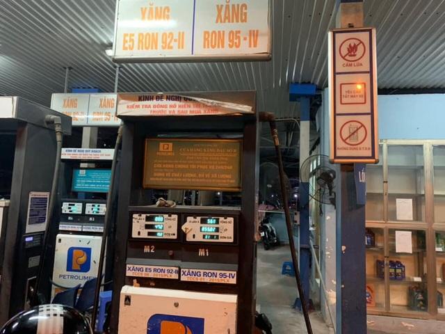 Hà Nội: Phát hiện cây xăng găm hàng, còn xăng nhưng không bán cho khách - 1