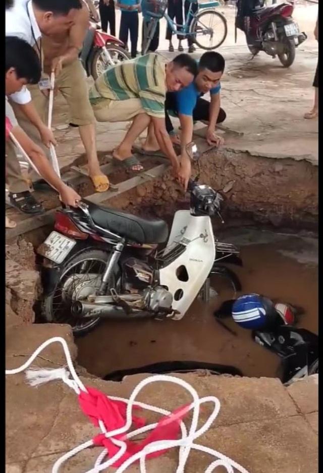 """Hố tử thần"""" nuốt trọn 2 xe máy trong trường tiểu học - 1"""