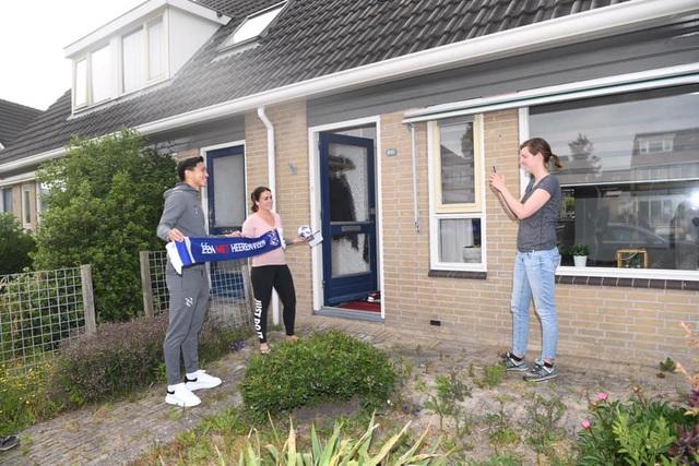 Văn Hậu rạng rỡ bên cạnh các cổ động viên Heerenveen - 3
