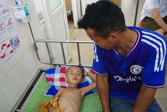 Nhói lòng nhìn cậu bé 5 tuổi sưng tấy tinh hoàn yếu ớt cầu xin sự sống - 4