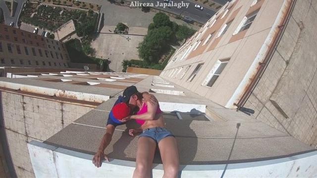 Cặp đôi thích hôn nhau ở những nơi nguy hiểm nhất - 1