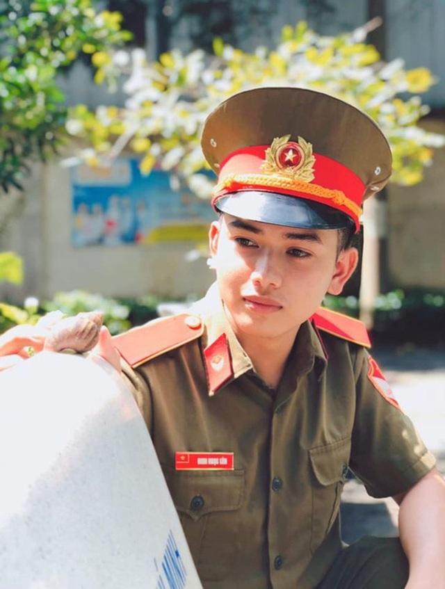 Nam sinh sư phạm mặc quân phục gây ấn tượng - 1