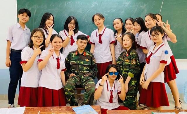 Nam sinh sư phạm mặc quân phục gây ấn tượng - 2