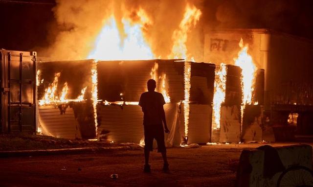 Bạo động rung chuyển thành phố Mỹ vì vụ cảnh sát đè cổ người da màu - 1