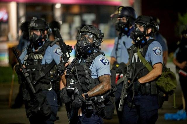 Bạo động rung chuyển thành phố Mỹ vì vụ cảnh sát đè cổ người da màu - 4