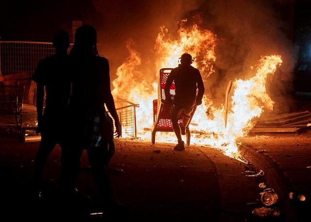 Bạo động rung chuyển thành phố Mỹ vì vụ cảnh sát đè cổ người da màu - 8