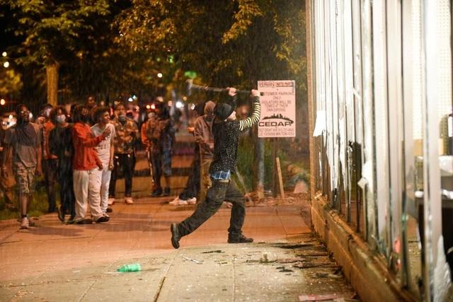 Bạo động rung chuyển thành phố Mỹ vì vụ cảnh sát đè cổ người da màu - 9