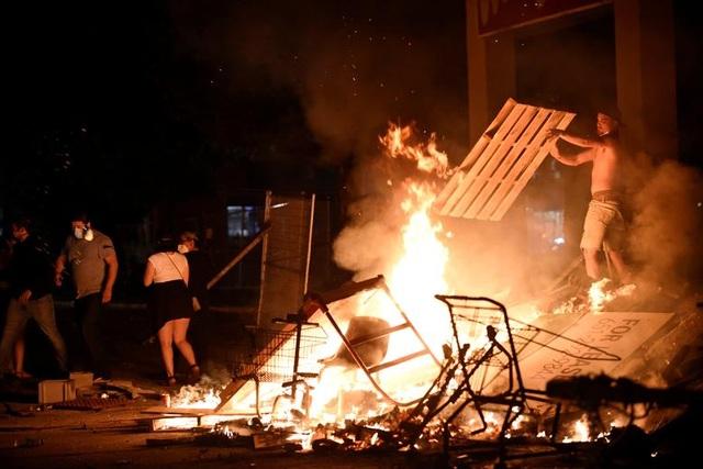 Bạo động rung chuyển thành phố Mỹ vì vụ cảnh sát đè cổ người da màu - 13