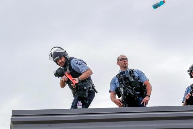 Bạo động rung chuyển thành phố Mỹ vì vụ cảnh sát đè cổ người da màu - 14