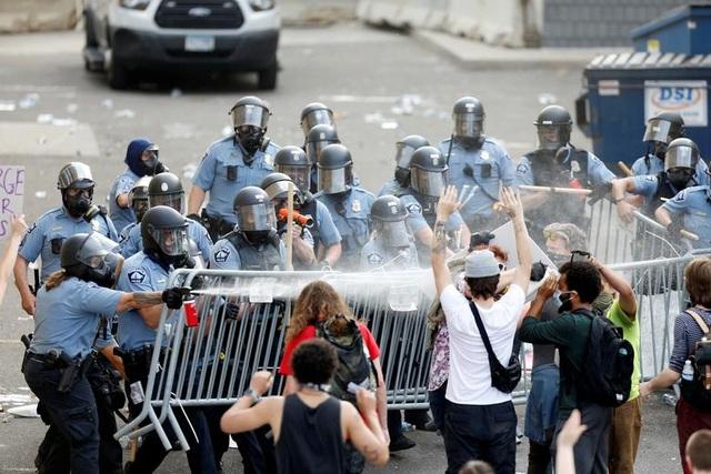 Bạo động rung chuyển thành phố Mỹ vì vụ cảnh sát đè cổ người da màu - 15