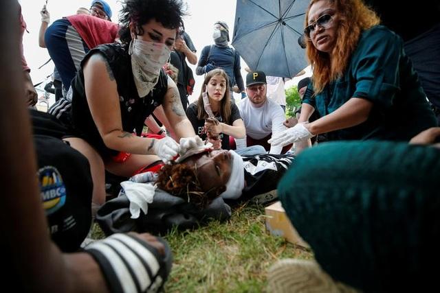 Bạo động rung chuyển thành phố Mỹ vì vụ cảnh sát đè cổ người da màu - 16