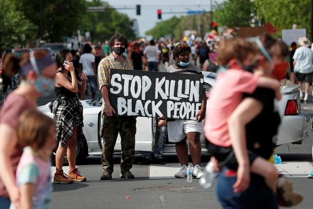 Bạo động rung chuyển thành phố Mỹ vì vụ cảnh sát đè cổ người da màu - 17