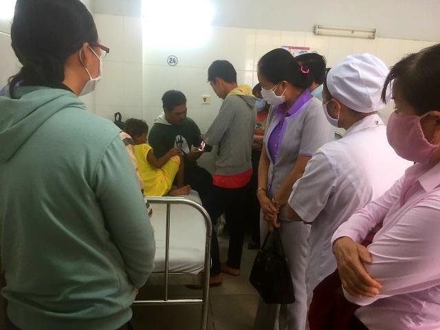 Nhiều người đến bệnh viện thăm bé gái 6 tuổi bị cha bạo hành - 1