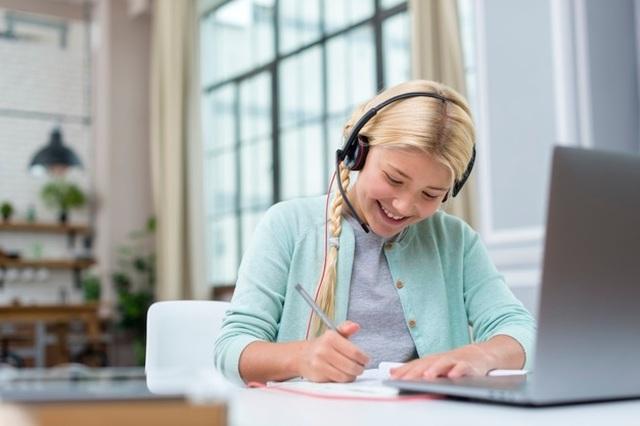 Anh: Sinh viên đại học vẫn phải nộp học phí đầy đủ dù học trực tuyến - 1