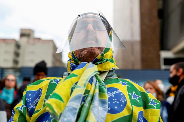 Tâm bão dịch chuyển sang Mỹ Latinh - những ngày buồn còn kéo dài - 1