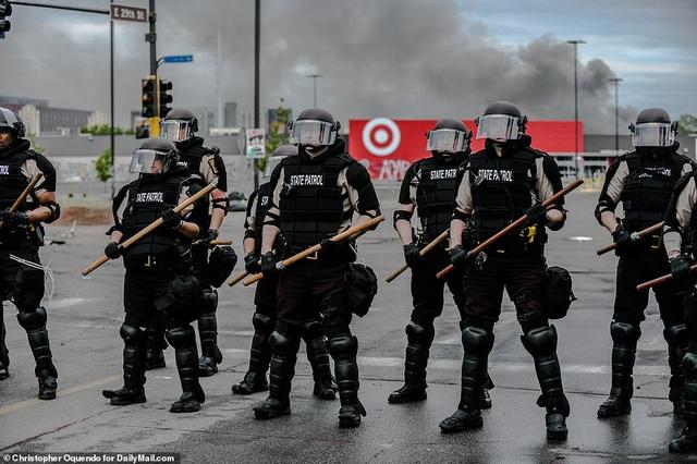 Cảnh sát chẹt gối lên cổ người da màu bị bắt, biểu tình lan khắp nước Mỹ - 6