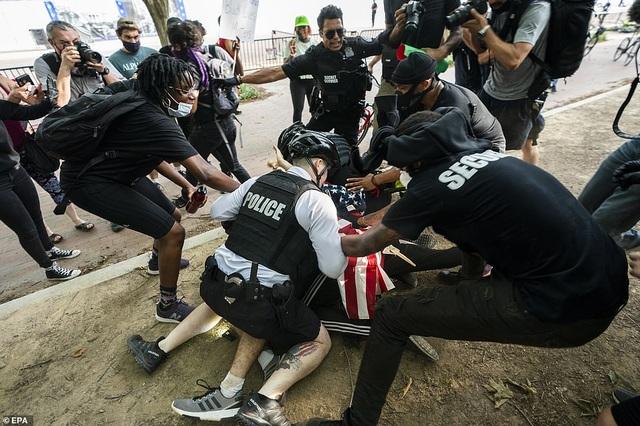 Mỹ: Người biểu tình tấn công loạt cơ quan công quyền - 16