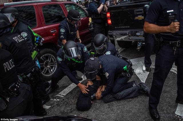 Mỹ: Người biểu tình tấn công loạt cơ quan công quyền - 18