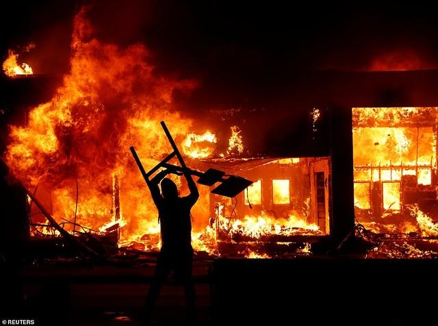 Mỹ: Người biểu tình tấn công loạt cơ quan công quyền - 1
