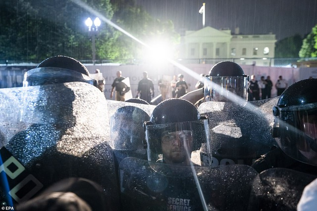 Mỹ: Người biểu tình tấn công loạt cơ quan công quyền - 14