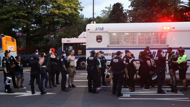 Mỹ: Người biểu tình tấn công loạt cơ quan công quyền - 9