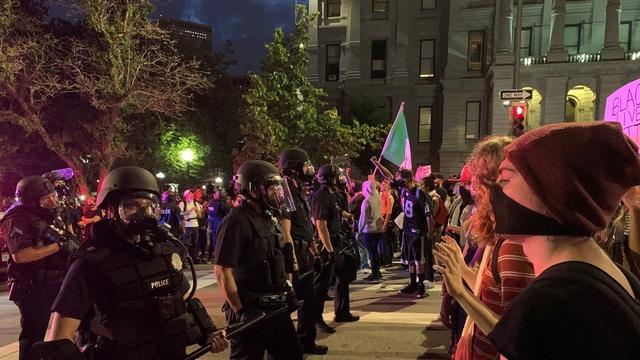 Mỹ: Người biểu tình tấn công loạt cơ quan công quyền - 10
