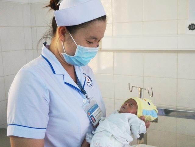 Tìm người nhận nuôi bé gái sinh non bị bỏ rơi tại bệnh viện - 1