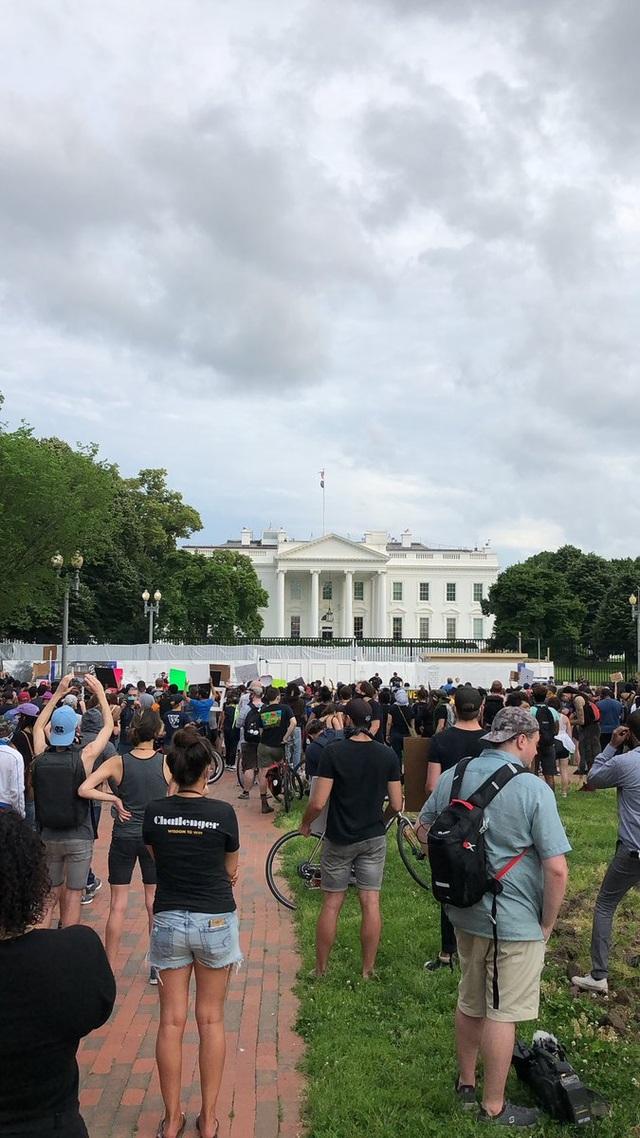 Cảnh sát chẹt gối lên cổ người da màu bị bắt, biểu tình lan khắp nước Mỹ - 7