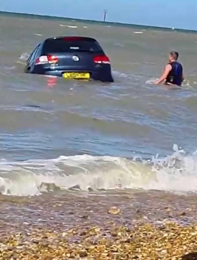 Hy hữu xe ô tô bị sóng biển cuốn trôi - 1