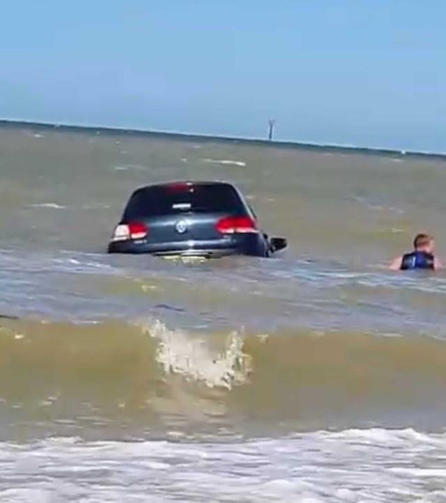 Hy hữu xe ô tô bị sóng biển cuốn trôi - 2