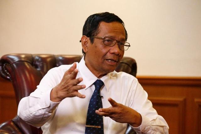 Bộ trưởng Indonesia gây tranh cãi vì so sánh virus corona với các bà vợ - 1
