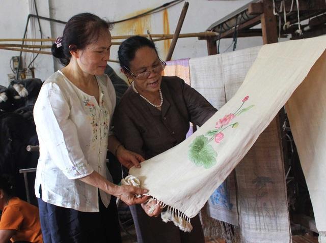 Người phụ nữ khiến sen nhả ra ngọc dệt thành khăn giá 10 triệu đồng/chiếc - 15