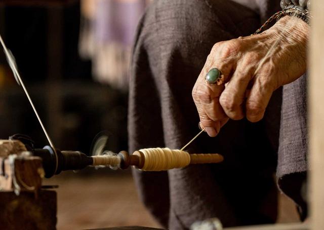 Người phụ nữ khiến sen nhả ra ngọc dệt thành khăn giá 10 triệu đồng/chiếc - 10