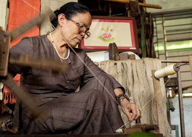 Người phụ nữ khiến sen nhả ra ngọc dệt thành khăn giá 10 triệu đồng/chiếc - 14