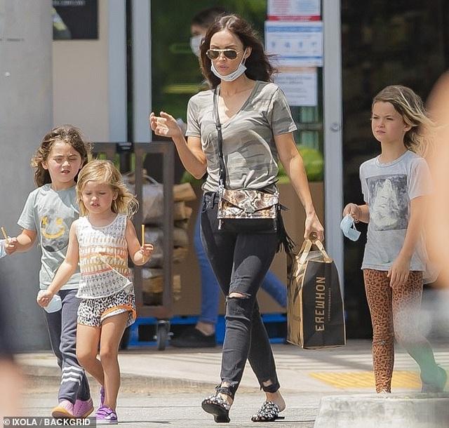 Megan Fox giản dị đưa con đi siêu thị - 2